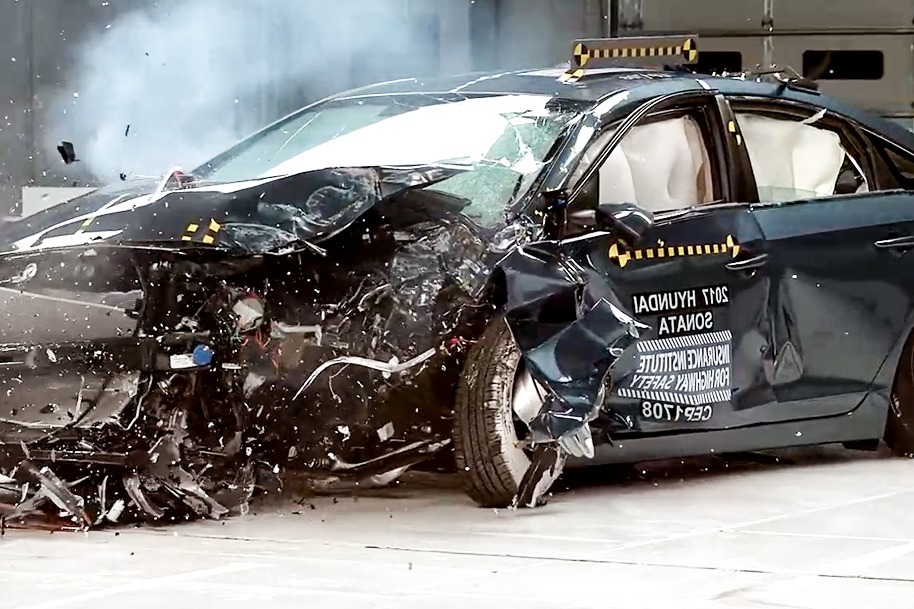 现代索纳塔VS雪佛兰迈锐宝碰撞测试,买车的可以看看