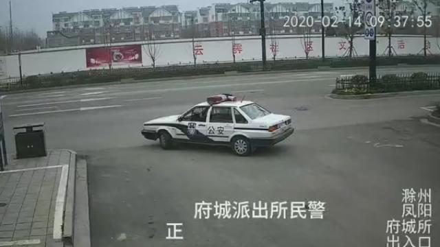 安徽凤阳:陌生人扔纸团 警察打开瞬间泪目