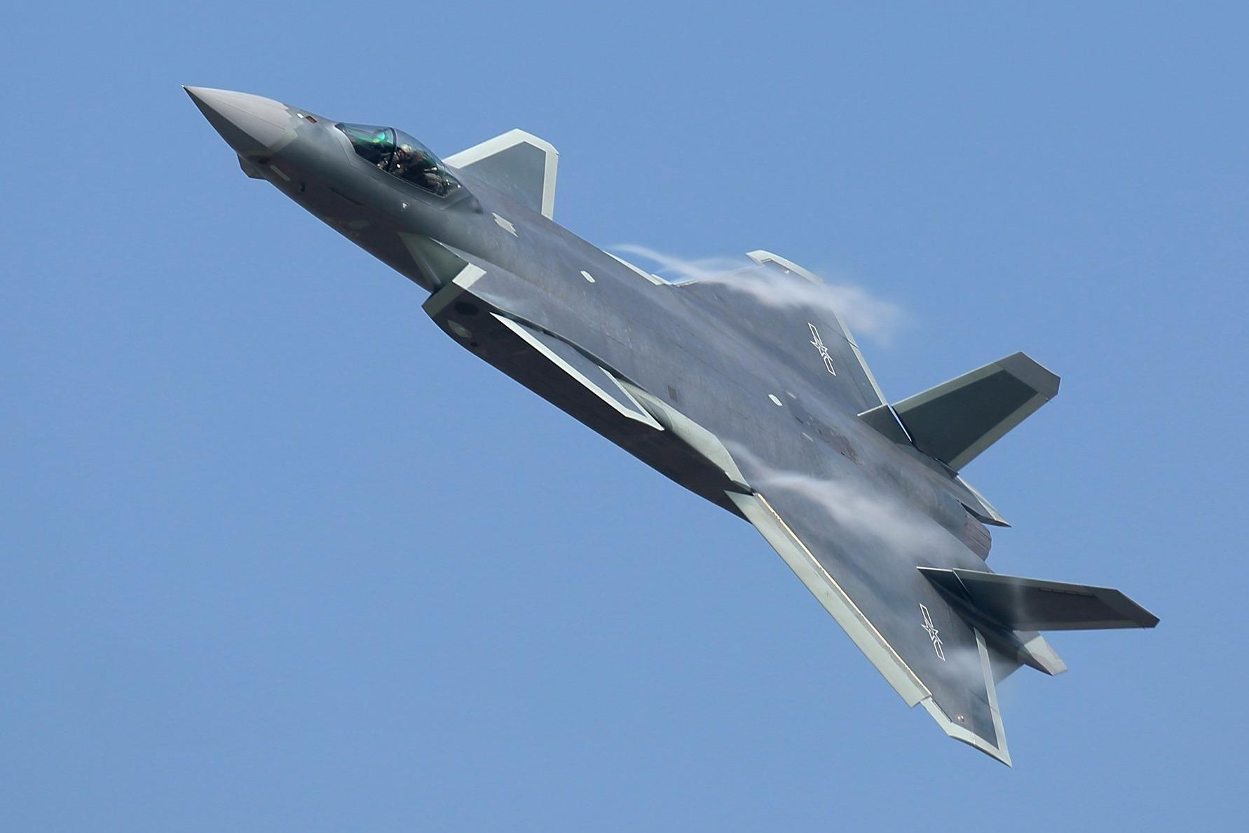 """中国歼-20""""威龙""""已挤进世界一流 可与美军f-22""""猛禽""""媲美"""