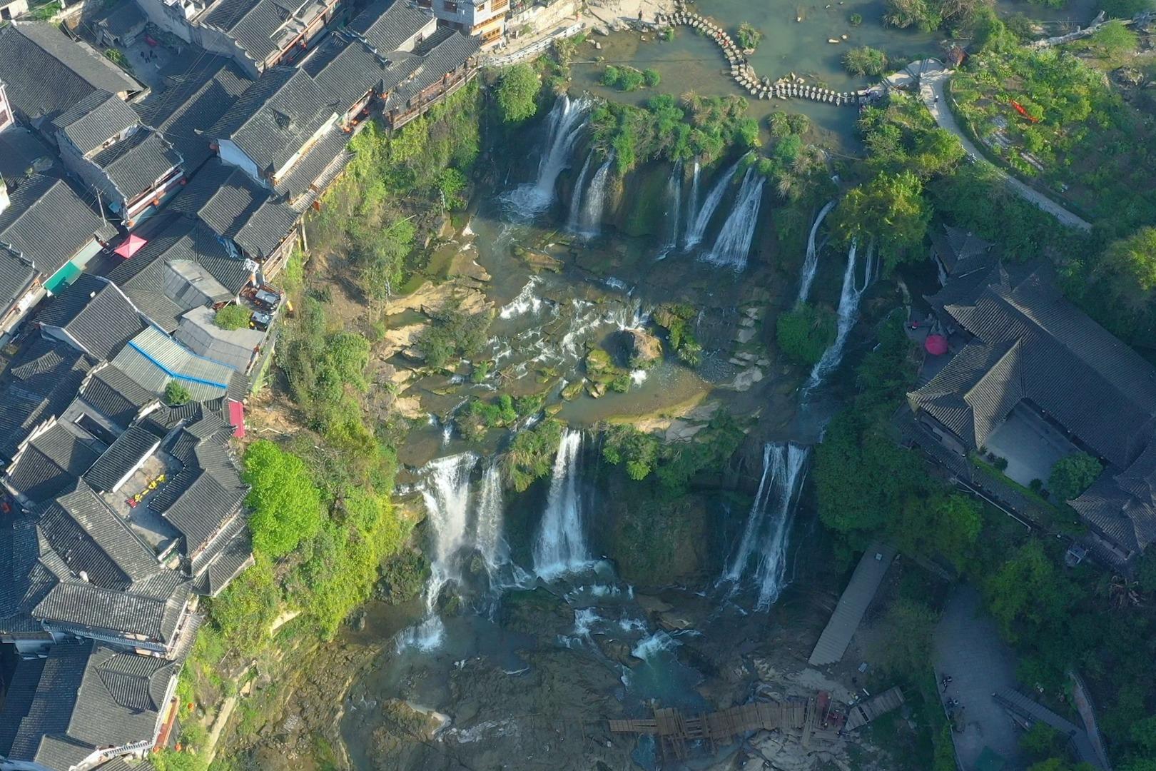 湖南有个不著名的古镇,比凤凰古镇更美,镇前有一条壮观的瀑布