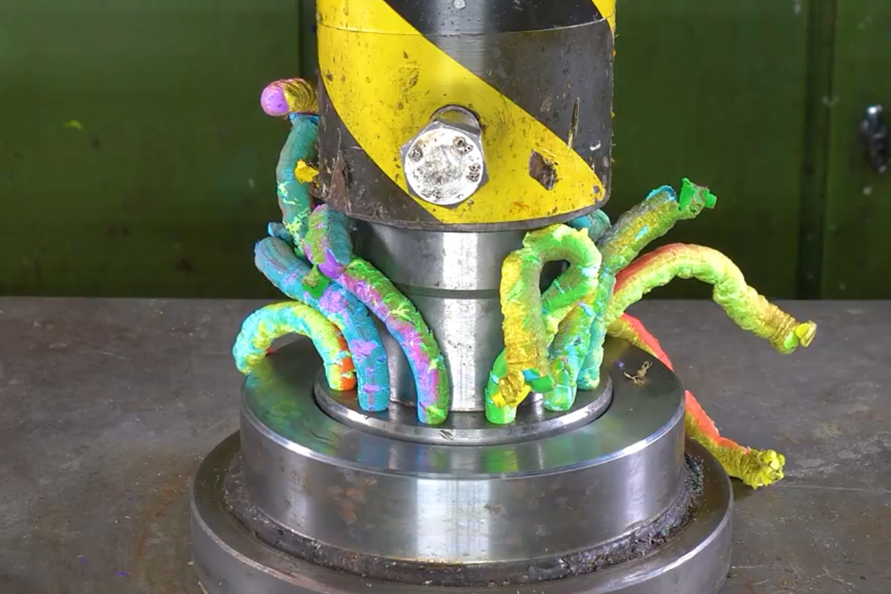 碾压机也能玩出花样,各种物品被压效果不同,十分有趣