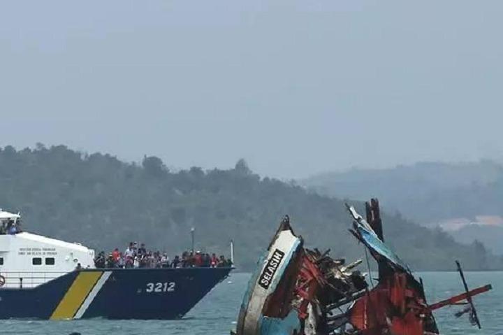 越南终于动手,派两艘4000吨海警船撞击护卫舰,为夺石油不择手段