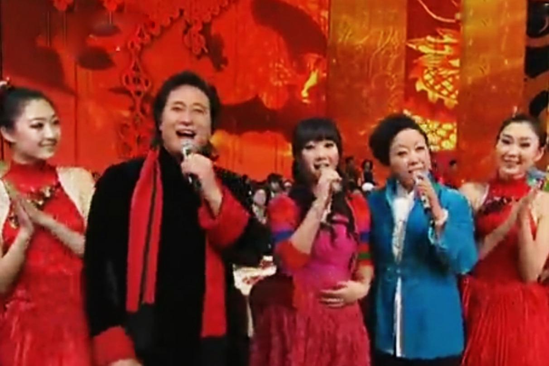 歌唱家戴玉强与夫人女儿同台献唱