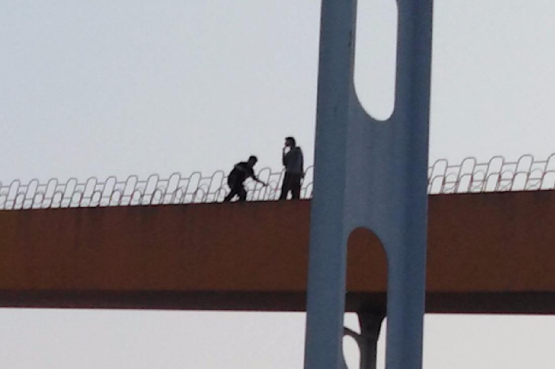 危险动作!佛山两青年为拍照片,徒手爬上东平桥顶