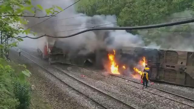 视频曝光!T179次列车在湖南境内撞上塌方体脱线