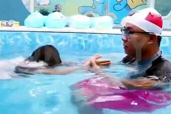 愉悦宝贝游泳教练给宝宝们上水育早教课程