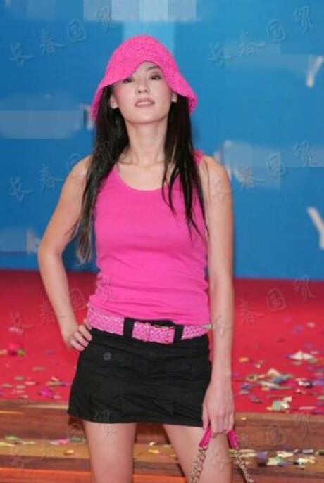 张柏芝15年前旧照曝光,粉色吊带背心头上扎小辫子,少女感十足