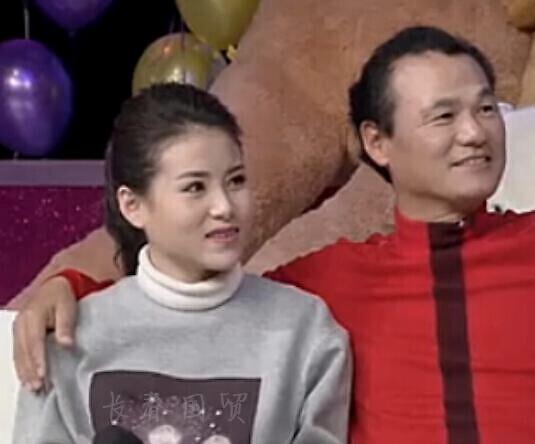 男歌星36岁时恋上9岁女孩,苦等10年娶其为妻,婚后幸福甜蜜