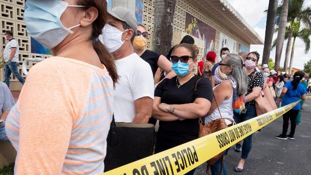 单月失业数超去年一年 美国佛罗里达州数百人密集排队申请救济金