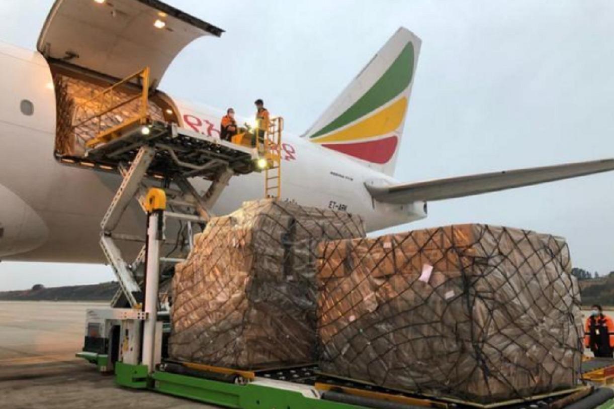 特朗普终于低下头,紧急向中国求购80吨物资,首架飞机已抵达纽约