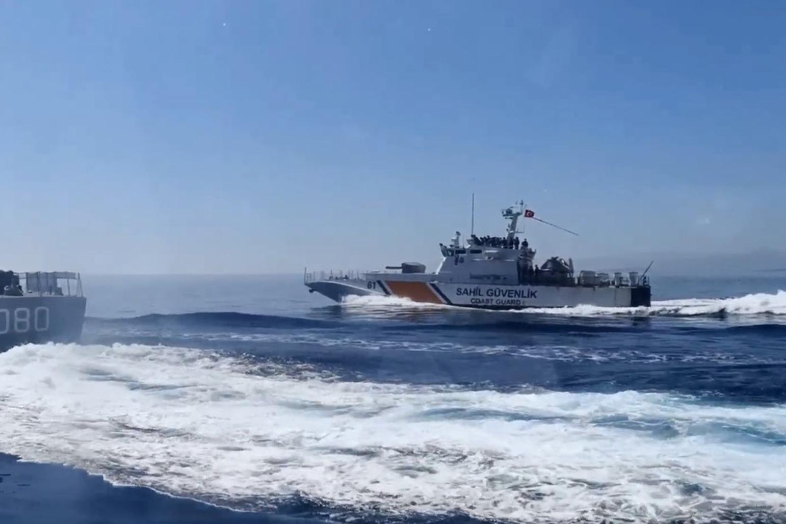 土耳其海警船猛烈开火,掩护难民强闯希腊,欧洲多国携手发动反击