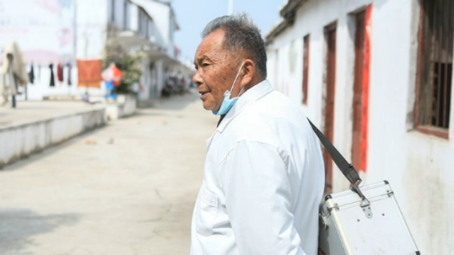 致敬!71岁乡村医生孤岛战役