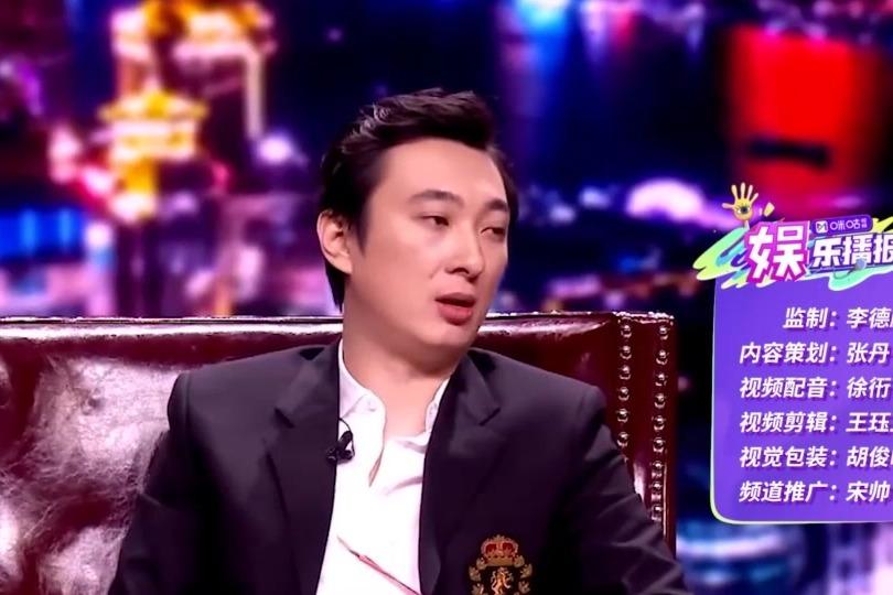 """王思聪又换新女友 压手腕喂食""""霸道总裁""""范儿十足"""