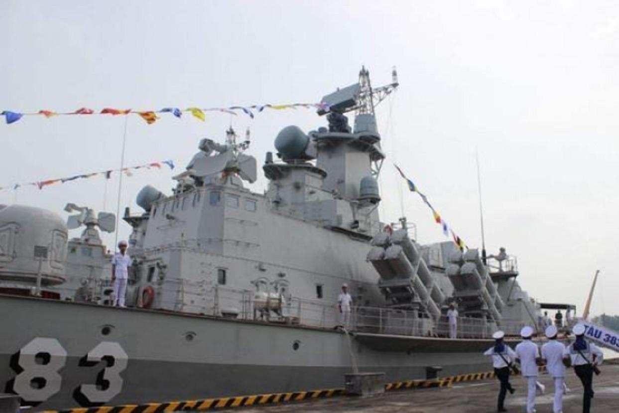 越南渔船撞向3000吨海警船,不幸沉没8人跳海,是自讨苦吃