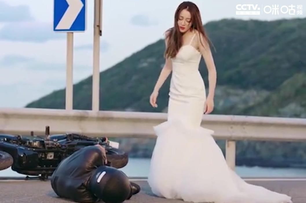 迪丽热巴婚纱造型惊艳十足 身形高挑凹凸有致 长发披肩温婉动人
