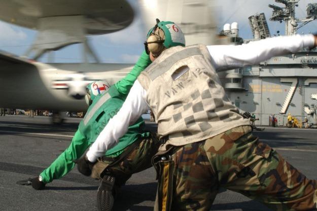 美国大兵疯了,打劫日本店铺抢走大量美元,引发冲绳民愤