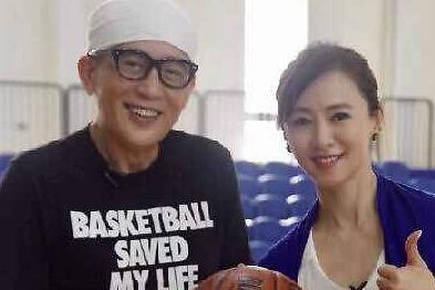74岁秦汉近照曝光,穿着时尚气质儒雅,与翁虹同框似兄妹