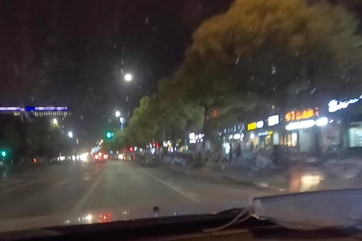小伙第一次自驾杭州,杭州市内夜色是这样的,一点不拥堵