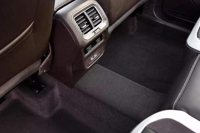 汽车后排地板凸起更安全?很多人被蒙在鼓里,看看内行人的分析