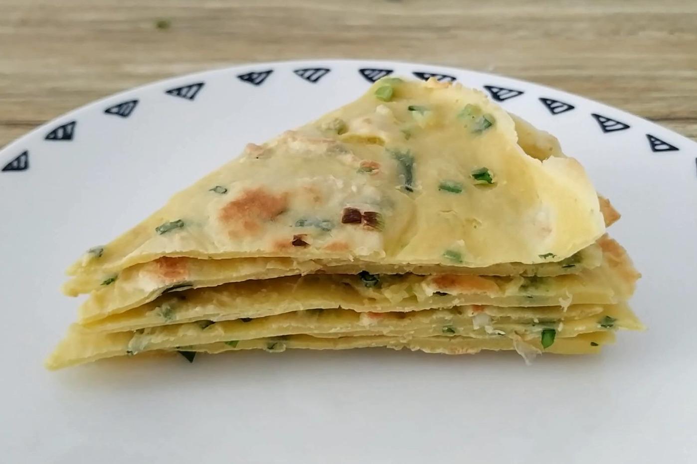 2个鸡蛋加少许面粉,教你做简单又好吃的早餐鸡蛋饼