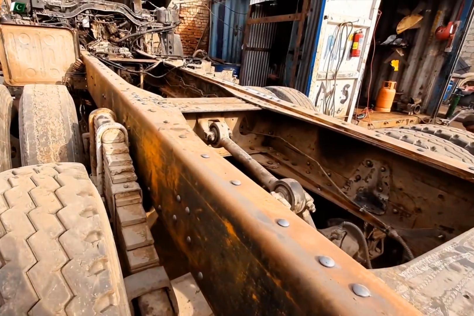 汽车大梁断裂,用铆钉焊接技术修复,比之前更加坚固了