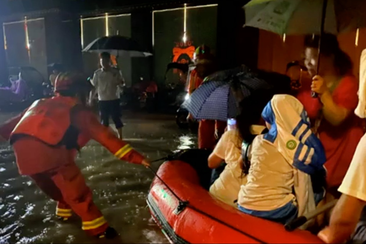 暴雨突袭车辆被淹 消防员淌水救妇孺
