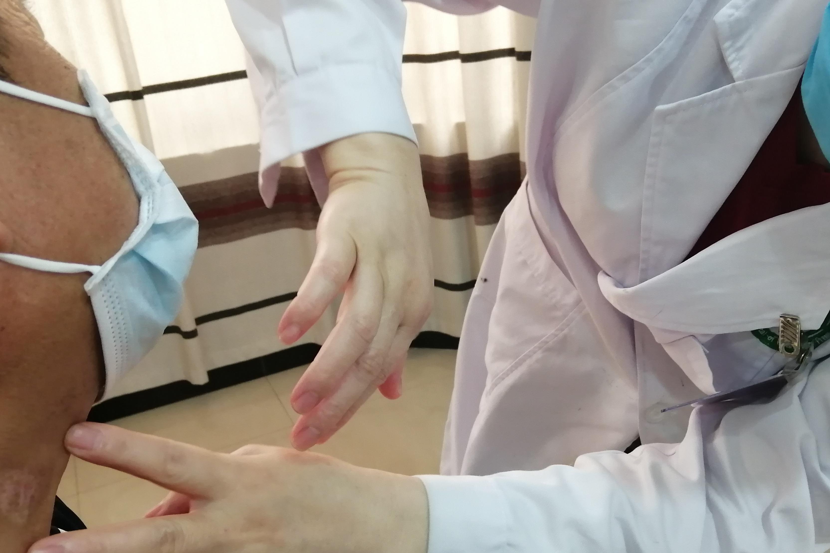 武汉白癜风医院:金主任查看复诊患者白斑处,了解患者情况