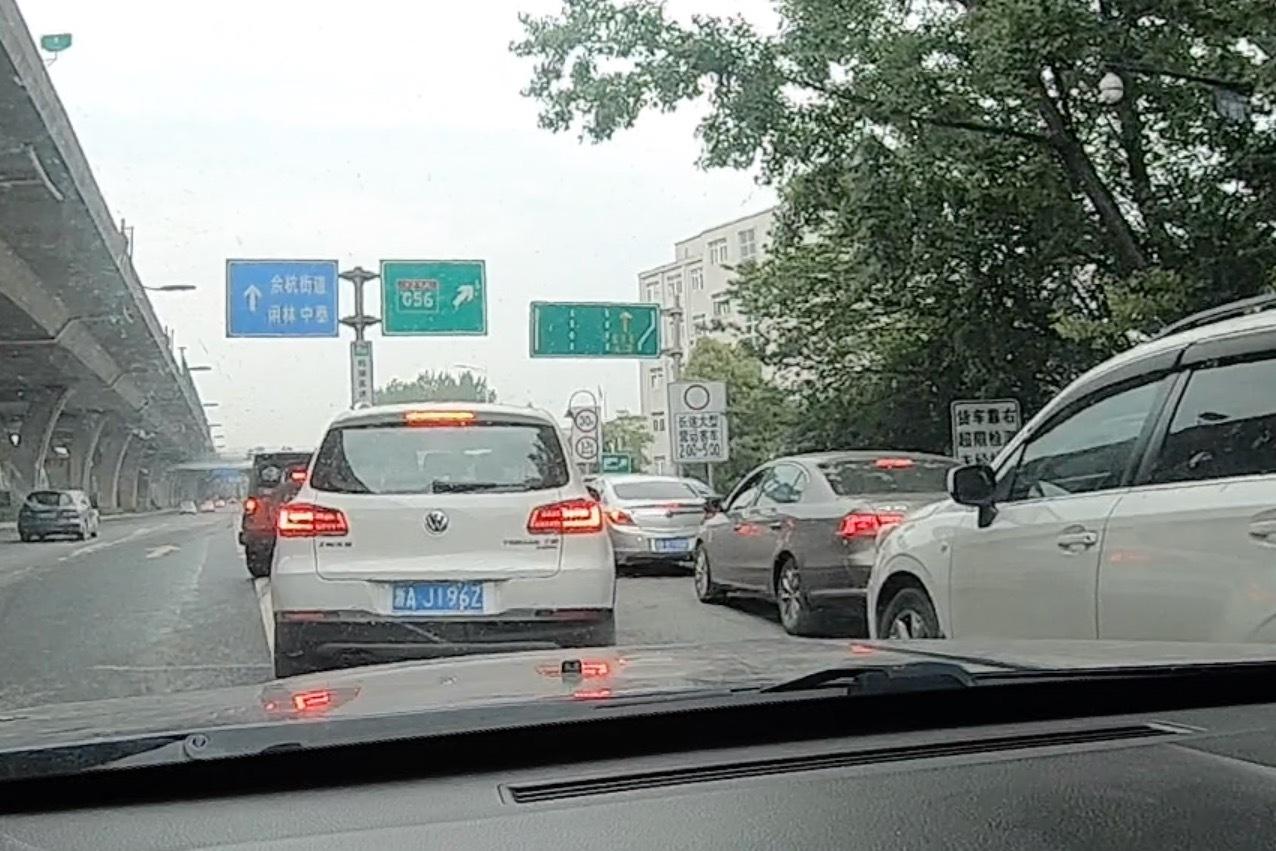 小伙从杭州出发去成都,刚上高速就堵车,太不巧了