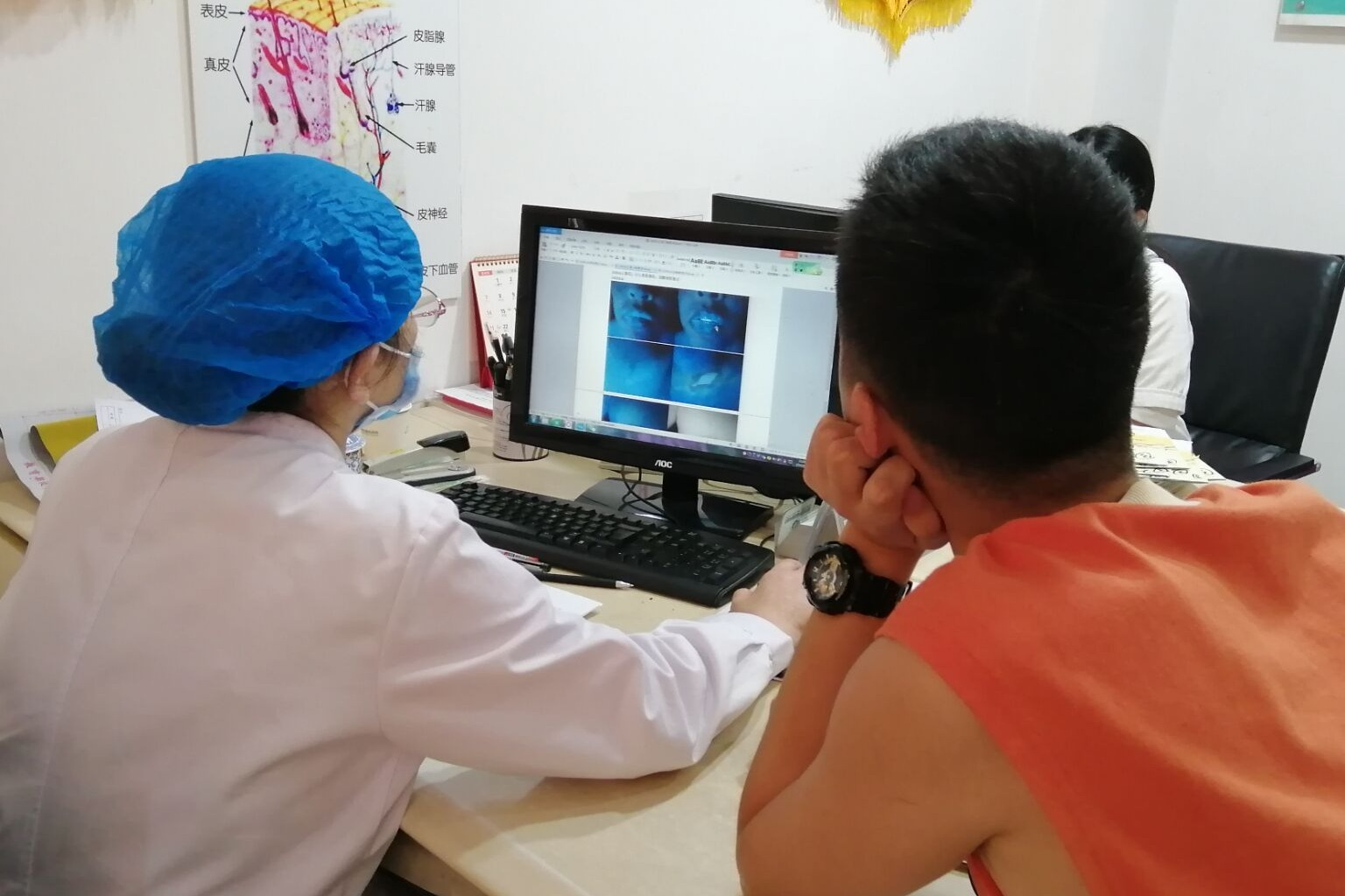 武汉白癜风医院:金主任查看复诊患者前后治疗的对比