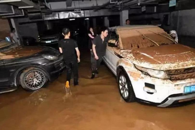 汽车泡水了怎么办?是维修还是报废?老司机:这样处理损失最低
