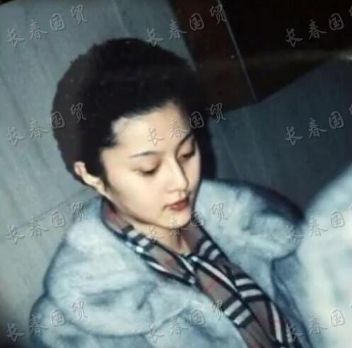范冰冰22年前旧照曝光,模样青涩妆容精致,身穿貂皮大衣贵气十足