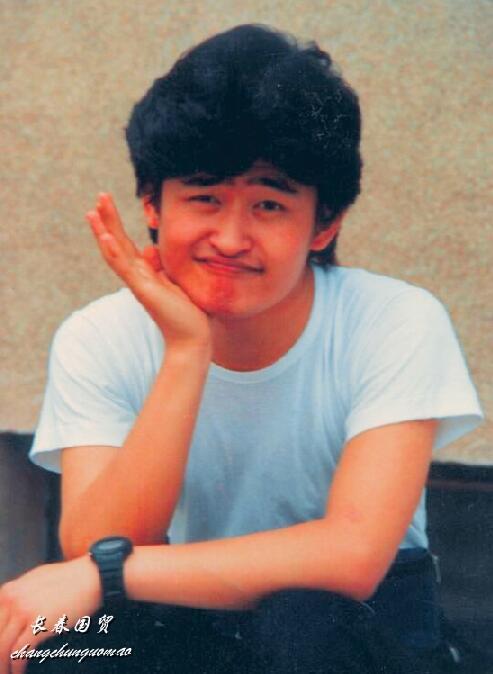 刘欢23岁时旧照曝光,模样青涩憨厚淳朴,坐在路边搞怪卖萌