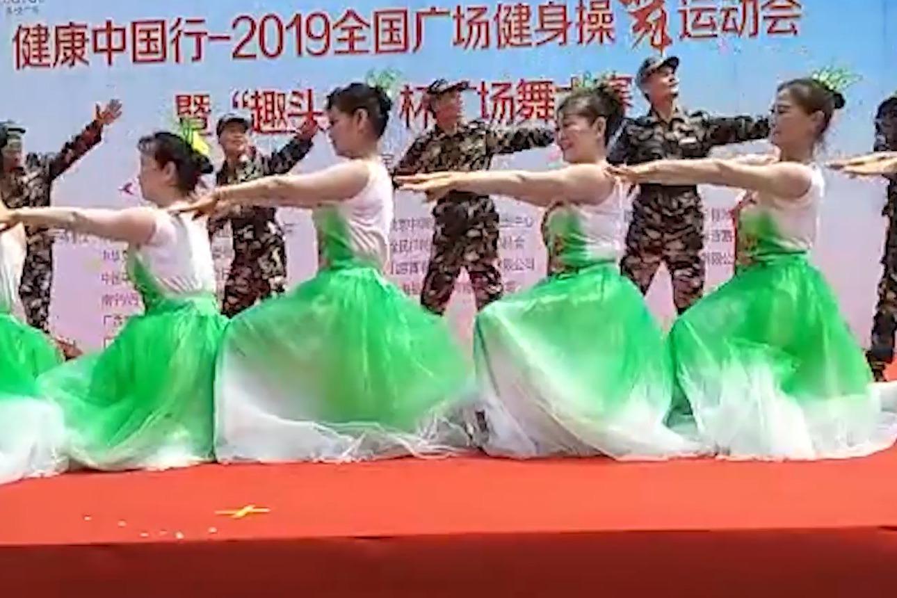 帅哥美女共舞《祖国万岁》,现场激情澎湃,舞蹈好看又好学