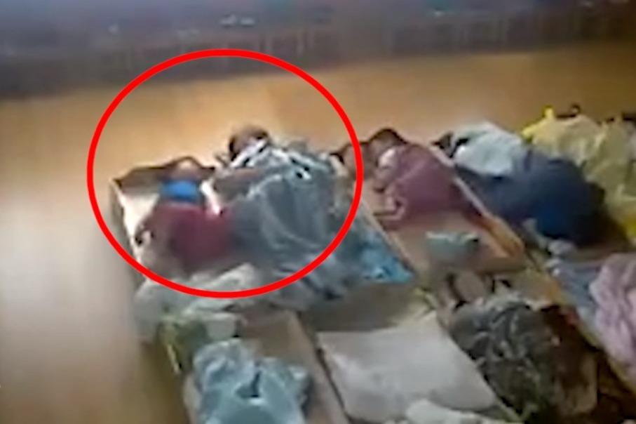 打屁股、拖拽、脸上有血痕?幼儿园老师疑殴打孩子,警方已介入