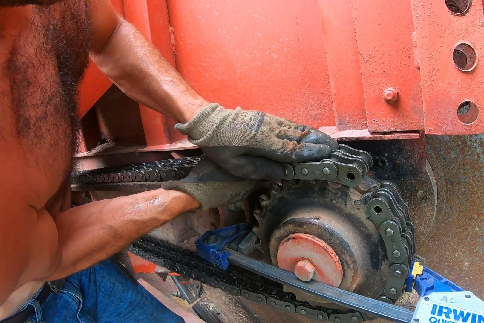 挖沟机的链条,是普通链条的好几倍,难怪能带动那么大的齿轮挖沟