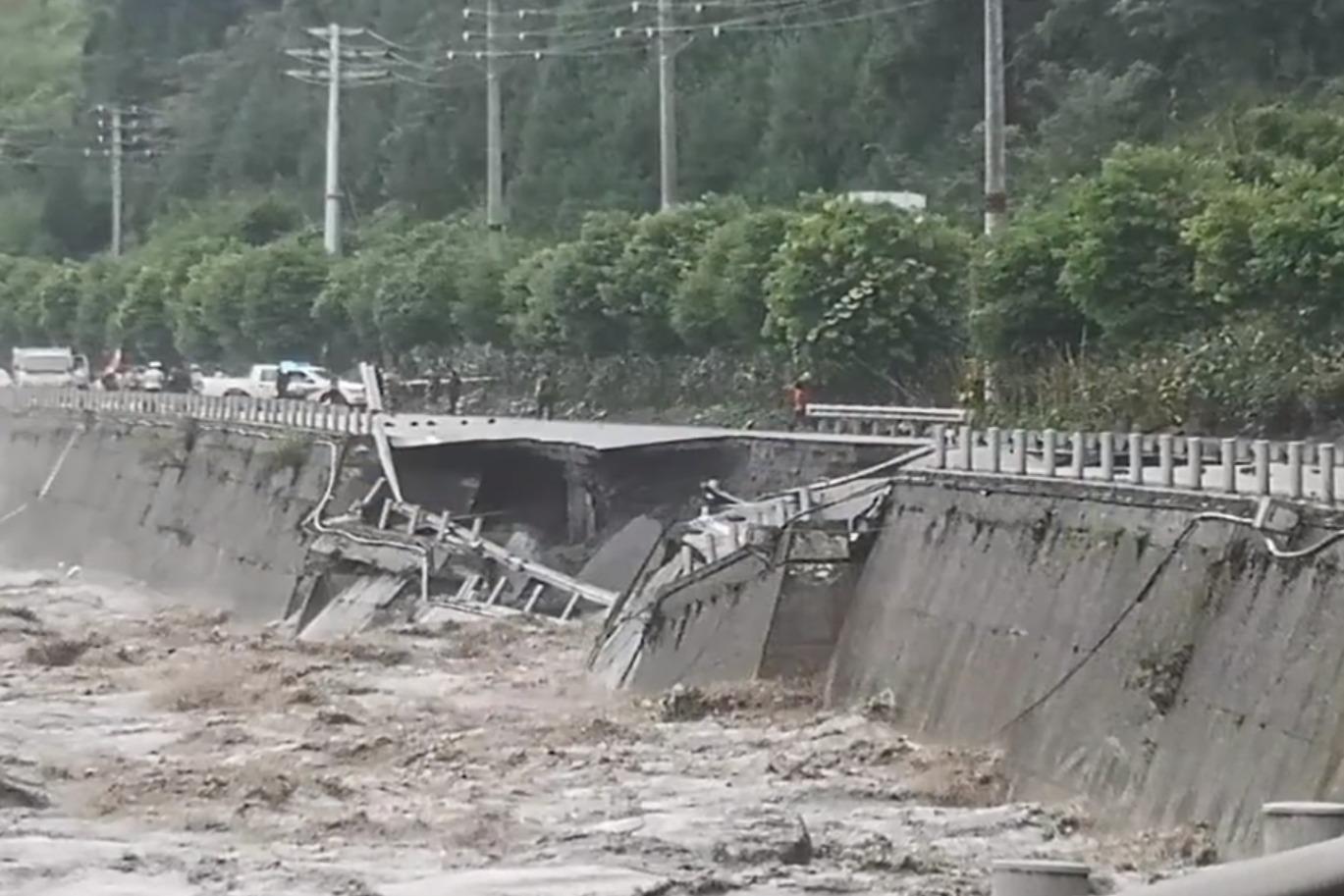 四川雅安国道路面突发塌陷,实拍洪水冲毁护栏瞬间