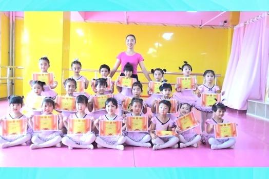平凉红舞鞋少儿艺术中心举行公开汇报课