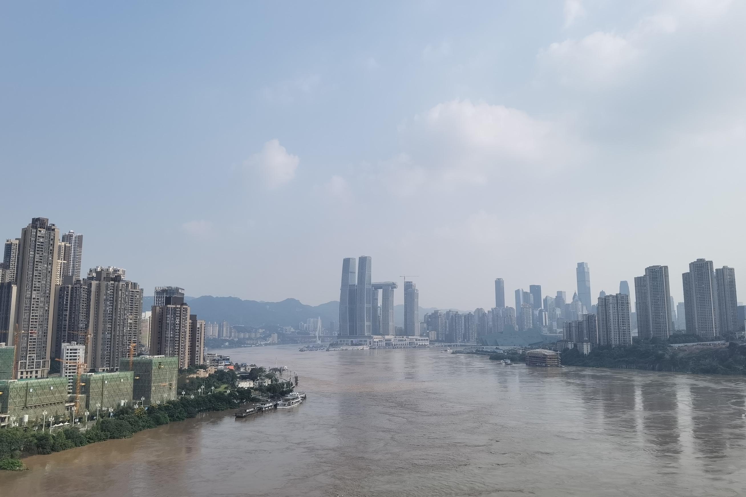 视频丨山城遭遇洪水考验  市民游客信心满满