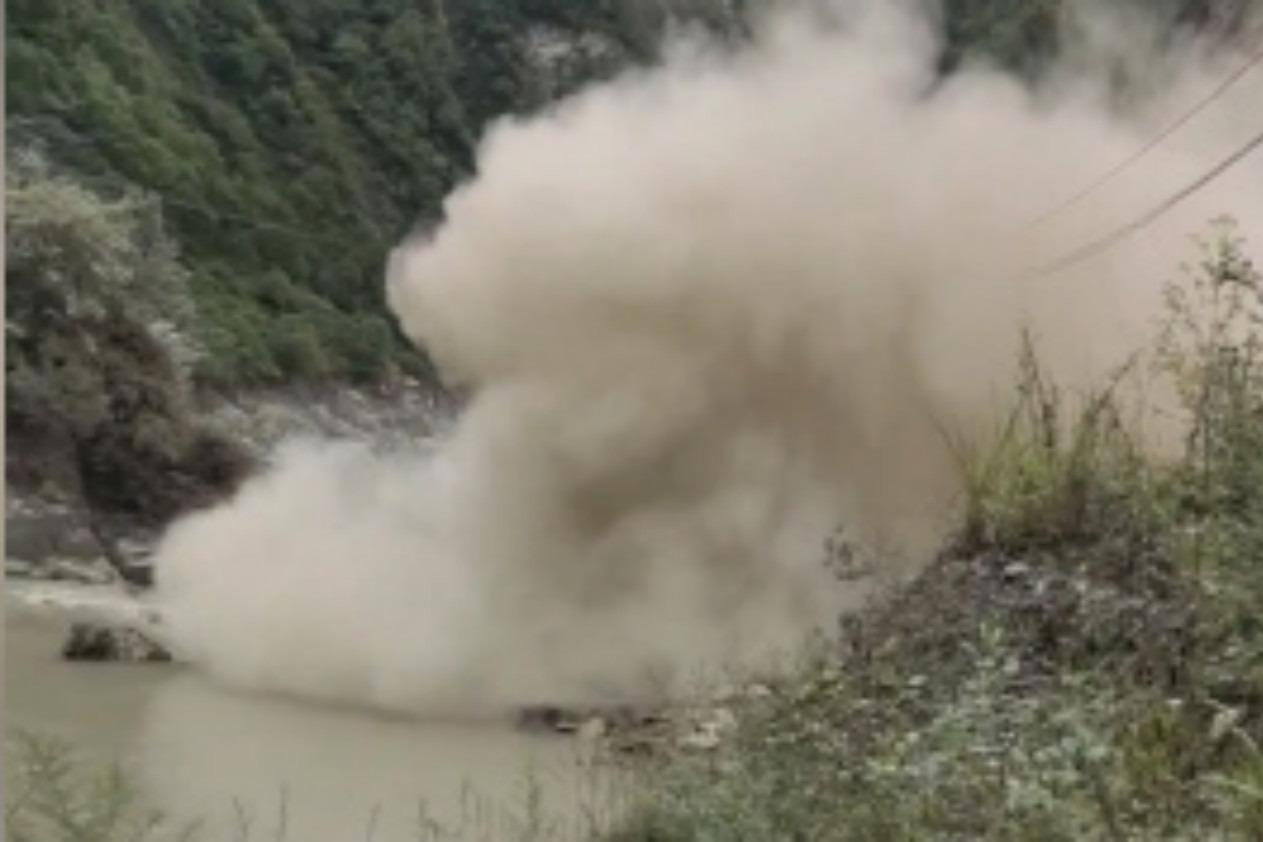 四川347国道发生大面积山体垮塌,致道路中断,官方通报:仍在滑塌