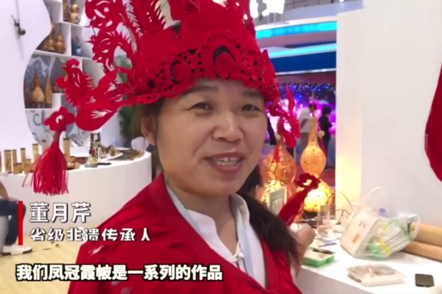 """果然视频 文旅博览会上,这件剪纸版""""凤冠霞帔""""成吸睛爆款"""