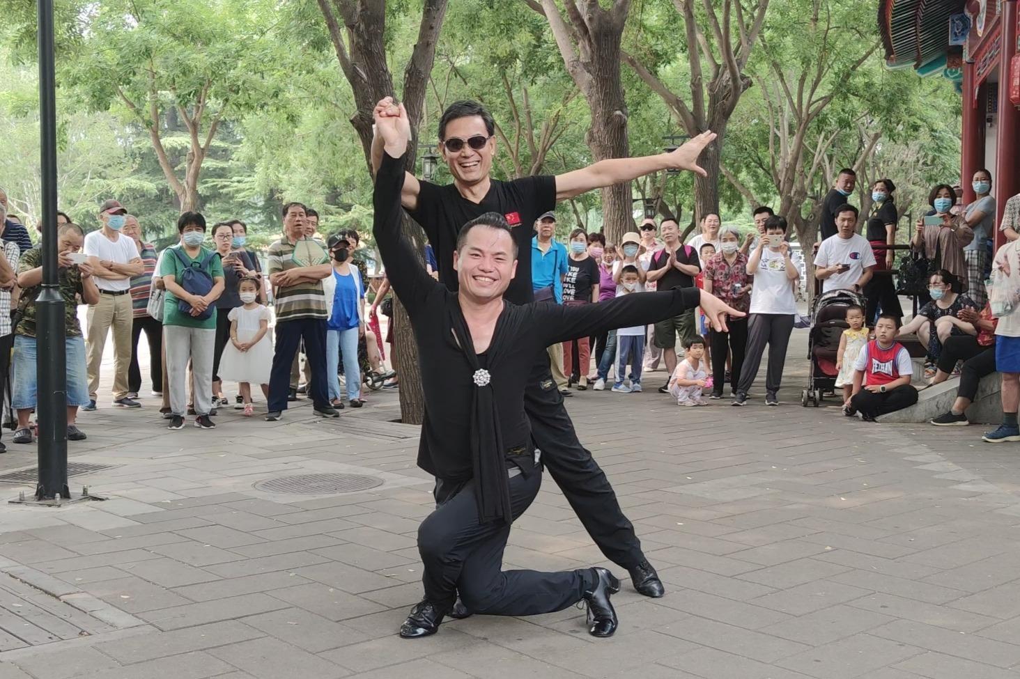 双男组合表演吉特巴《今天是你的生日》超好看,舞步简单好学