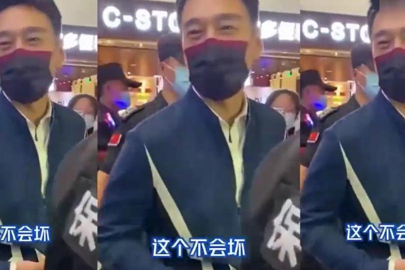 """太有梗了!王耀庆机场被送杯子,询问粉丝""""这个不会坏?"""""""