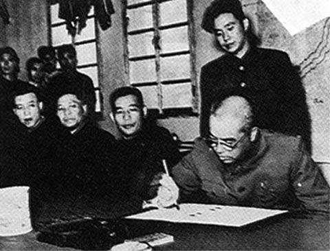 图7:彭德怀在停战协定上签字