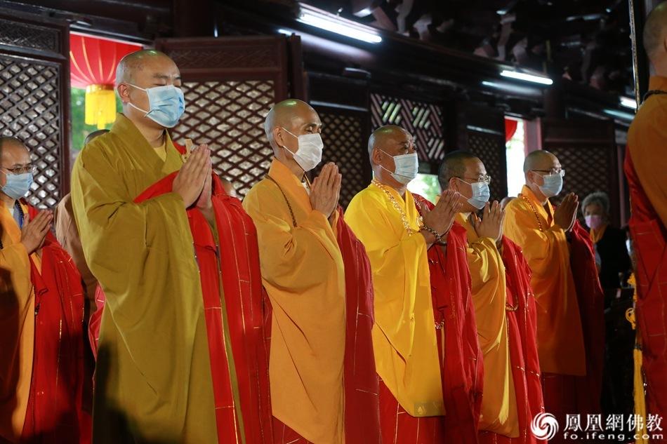 祈愿疫情消除,国运昌隆,人民幸福。(图片来源:凤凰网佛教)