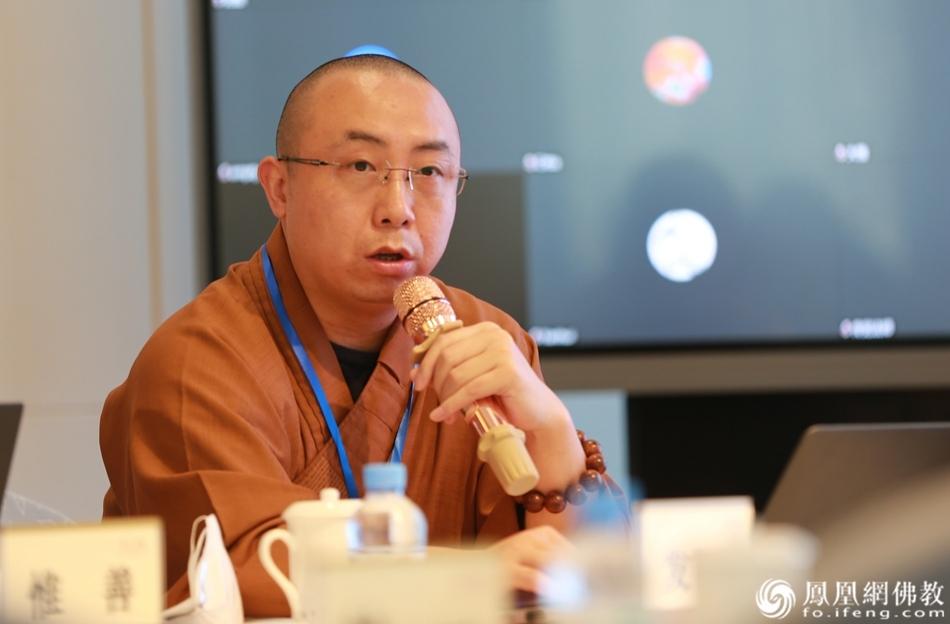与会法师作主题发言(图片来源:凤凰网佛教)