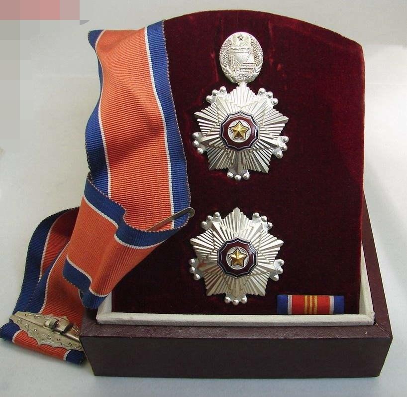 图11:朝鲜三级国旗勋章全套绶带、略章