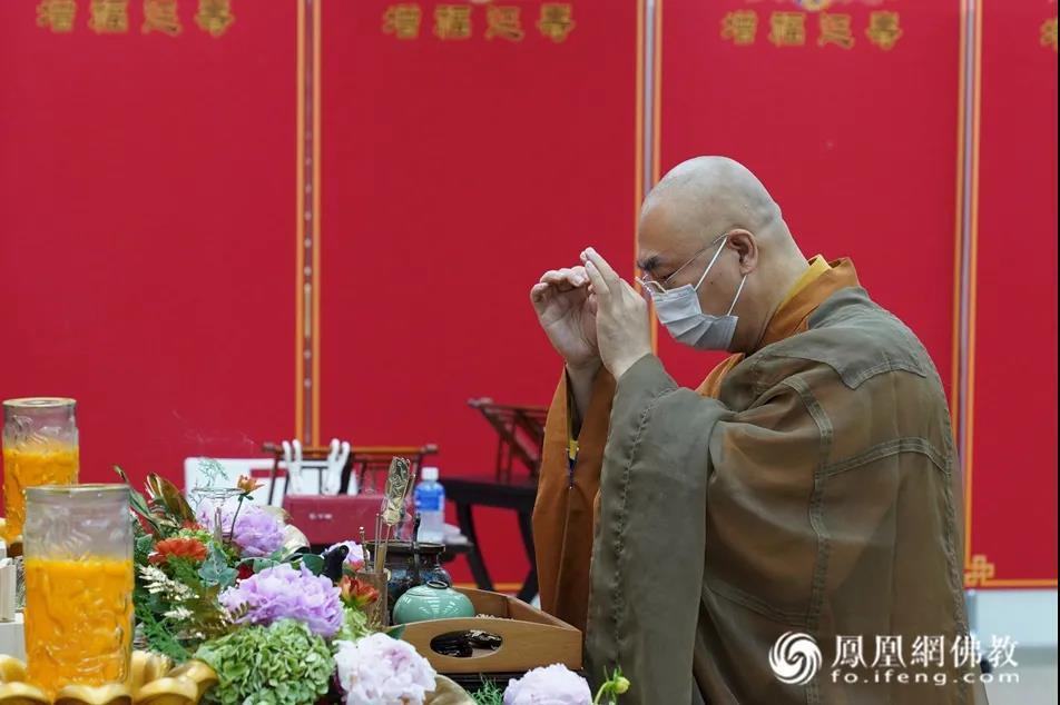 宽运法师率西方寺众法师祭拜觉光长老(图片来源:凤凰网佛教 摄影:香港西方寺)