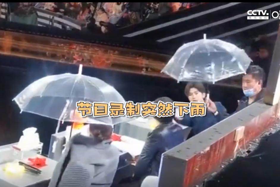暖心大男孩!蔡徐坤给张凯丽让伞 小举动超绅士