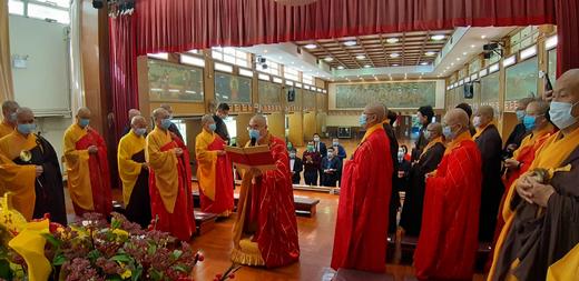 2020年2月,香港佛教联合会会长宽运法师在法会上朗声宣读《为战胜新型肺炎向观世音菩萨祈愿文》。(图片来源:中国佛教协会)