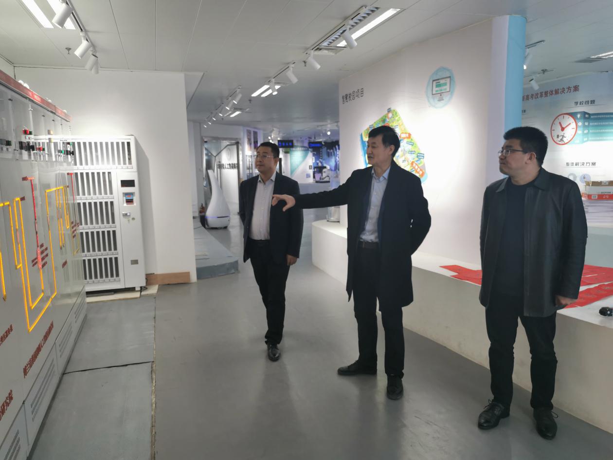 郑州工业应用技术学院常务副校长闫兵参观河南省人工智能展览馆